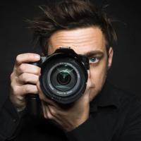 Nahaufnahme eines Fotografen mit seiner Kamera